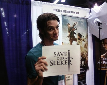 Craig Horner shows his support for the Save Our Seeker fan movement at WonderCon 2012.  Photo courtesy of SaveOurSeeker.com.